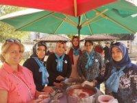 'Mavi Fularlı' kadınlardan aşure ikramı
