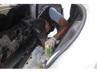 Kiralık aracın yakıt deposundaki turşu kavanozlarından 5 kilo 500 gram eroin çıktı