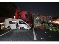 TEM'de minibüsle çarpışan lahana yüklü kamyon yan yattı: 1'i ağır 2 yaralı