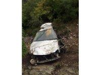 Otomobille 120 metreden uçtular, ağaçlar kurtardı: 2 yaralı