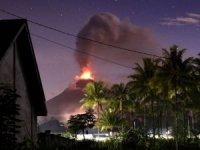 Endonezya'da deprem ve tsunaminin ardından yanardağ patladı!