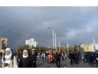 Taksim'de oluşan gökkuşağı kendine hayran bıraktı