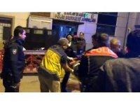 Bıçakla yaralandı, polis merkezi önünde yere yığıldı