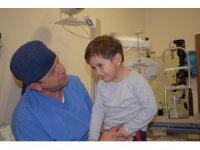 """Gözyaşı kanalı ameliyatı olan minik Orhan: """"Anne artık kimse benden kaçmıyor"""""""