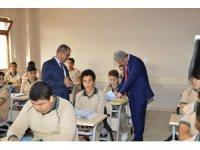 Vali Akın, okullarda incelemelerde bulundu