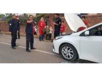 Otomobilin motoruna sıkışan kediyi itfaiye ekipleri çıkardı