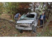Sürücü eğitmeni otomobil ile takla atarak ormanlık alana uçtu