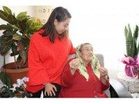 Yaşlı vatandaşlar, 'Sevgi Eli' terapisiyle yalnız olmadıklarını hissediyor
