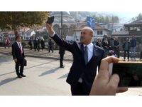 Bakan Çavuşoğlu Priştine'yi gezerken selfie çekti