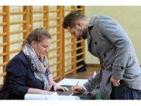 Polonya yerel seçimler için sandık başında
