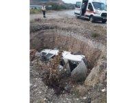 Kontrolden çıkan otomobil yol kenarındaki çukura devrildi: 1 yaralı