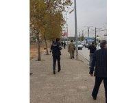 Gaziantep'te birliğinden firar eden asker, yanında götürdüğü G3 piyade tüfeği ile girdiği bir alış veriş merkezinde, mağaza çalışanlarını esir aldı. Bölgeye çok sayıda asker ve polis sevk edildi.