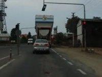 Azami yükseklik sınırını aşan bir tır dorsesi trafik lambasına takıldı