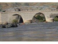Tarihi ilçede, Vali ile birlikte Araplar rafting yaptı