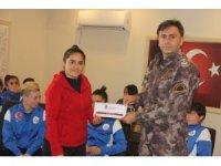 Özel Harekat polisinden kadın futbolculara destek