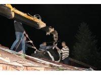 Çatıya çıkan manda vinçle kurtarıldı