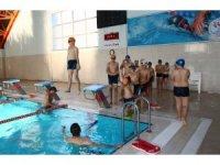 Polislerden çocuklara yüzme kursu