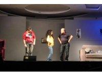 """Kardelen Koleji'nde """"Annem 40 yaşında babaannem 20"""" tiyatro oyunu sergilendi"""