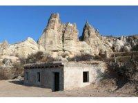 Kapadokya'da üzeri toprakla kapatılan kaçak yapı yıkıldı