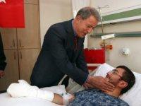 Bakan Akar GATA'da tedavi gören yaralı askerleri ziyaret etti