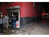 Bakkal yangında kül olurken itfaiye aracı dar sokaklardan geçemedi