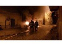 Tarihi sokağı alevler aydınlattı