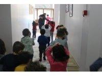 Kreş öğrencileriyle deprem tatbikatı