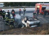 Baba oğul yanan araçtan son anda kurtarıldı
