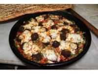 """Gastronomi şehri Hatay'a yeni lezzet: """"Kiremitte kaşarlı sucuk"""""""