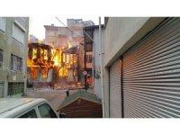 Bursa'da tarihi çarşıdaki ahşap bina alev alev yandı...Binanın yangınla çökmesi kameraya yansıdı