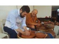 Son çömlekçi ustası mesleği gençlere öğretiyor