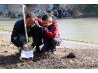 Öğrenciler Ceyhan Nehri kıyılarını ağaçlandırıyor