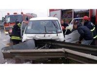 Minibüs demir bariyerle saplandı: 1 yaralı