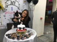 Çok sevdiği köpeğinin birinci yaşını doğum günü pastası ile kutladı