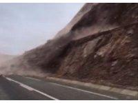 Bingöl'de toprak kayması köy yolunu kapattı