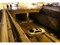 Sancaktepe'de otomobil su kanalına uçtu