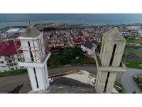 Mimarisi nedeniyle kiliseye benzetilen ve 2 yıl önce inşaatı duran caminin yapımına tekrar başlandı