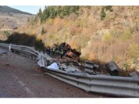 Tuğla yüklü kamyon şarampole yuvarlandı: 2 ölü, 1 yaralı