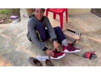 Engelli gencin hediye ayakkabı sevinci