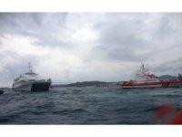 Bir anda motoru duran feribot son anda kurtarıldı