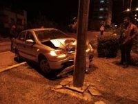 Otomobil Elektrik Direğine Çarptı 1 Yaralı