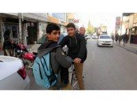 Bisikleti çalınan öğrenciler okula yürüyerek gidiyor