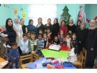 Doğum iznine ayrılacak öğretmenleri için erken Öğretmenler Günü kutlaması