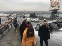 Atatürk Köprüsü girişinde bariyerlere çarpan araç ters döndü