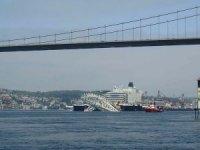 Dünyanın en büyük inşaat gemisi geçiyor