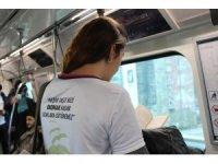 Gençler metroda kitap okuyarak farkındalık oluşturuyorlar
