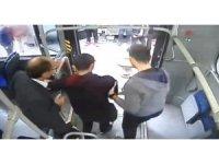 Otobüs şoförü rahatsızlanan yolcuyu hastaneye getirdi
