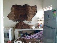 Yağış depremde hasar gören evin duvarını yıktı