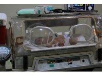 800 gram doğan Ömer Pusat bebek 3 santimetrelik kesi ile hayata tutundu