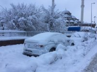 Kar yağışı çocukları sevindirdi, araç sahiplerine zor anlar yaşattı